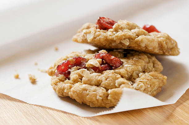 dos saludable galletas de avena de arándano xxl - arándano rojo fruta baya fotografías e imágenes de stock