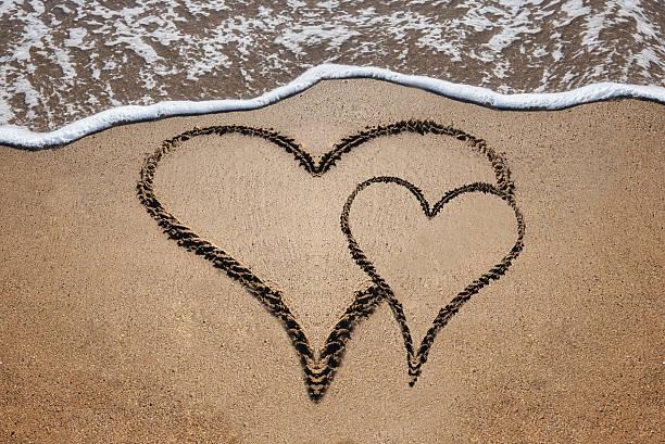 zwei herzen am strand - heiratssprüche stock-fotos und bilder