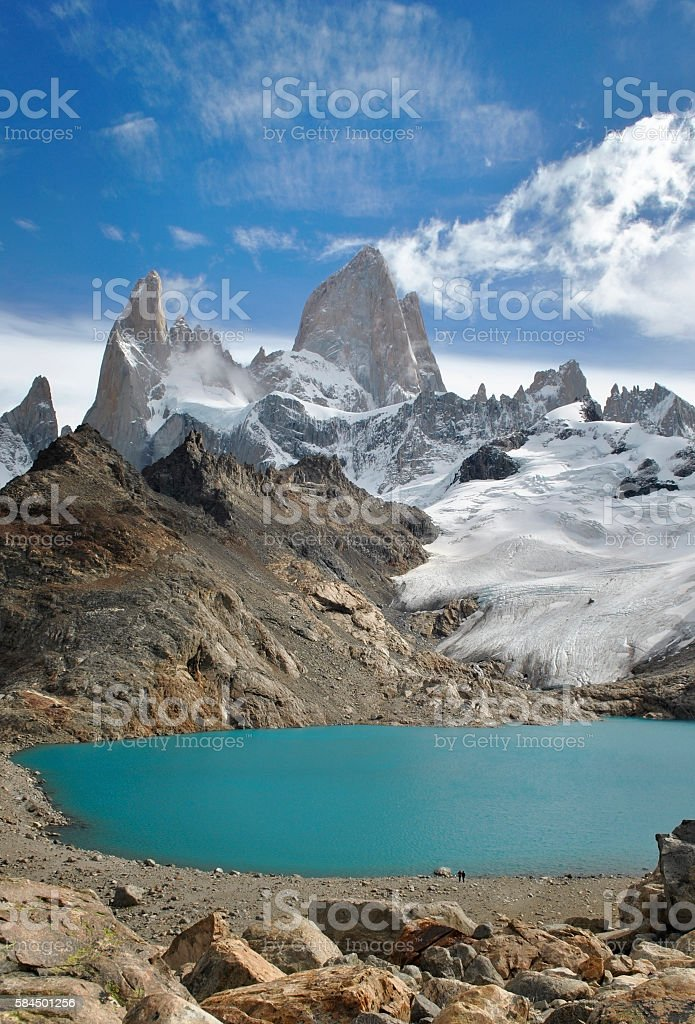 Two hikers standing in front of the massive Fitz Roy foto