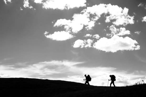 Zwei Wanderer wandern auf dem Bergweg – Foto
