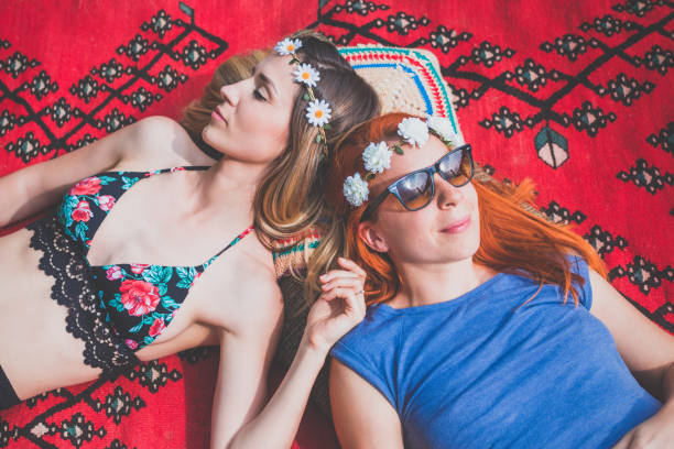 två hippie flickvänner njuter på landsbygden - happy indie pop bildbanksfoton och bilder