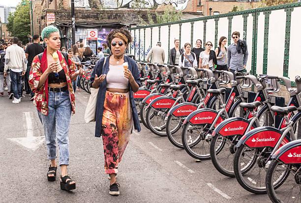 due bambine, vestiti alla moda hipster londoner stile a brick lane - principe harry foto e immagini stock