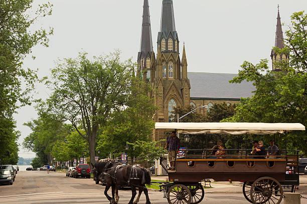 Zwei Pferdekutsche mit Touristen in Charlottetown in Kanada – Foto
