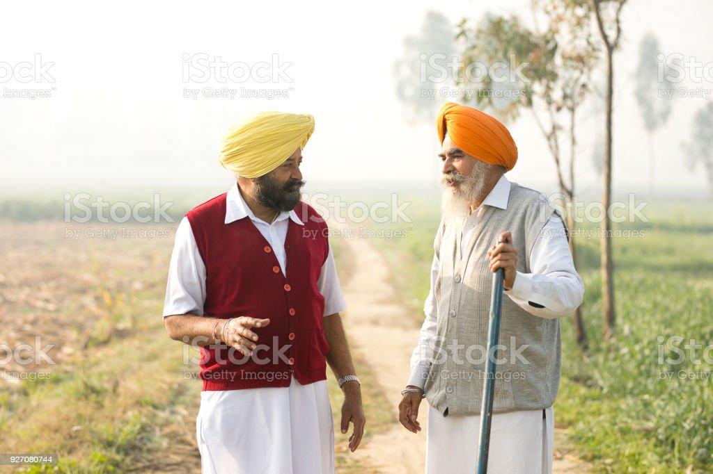 Zwei indische Bauern diskutieren auf Feld – Foto