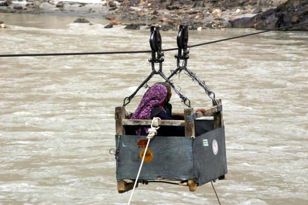 zwei indische frauen in einer zipline-box - wasserfledermaus stock-fotos und bilder