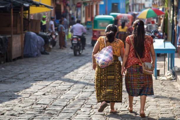 zwei einheimische guatemaltekischen frau wandern, san pedro. - guatemala stadt stock-fotos und bilder