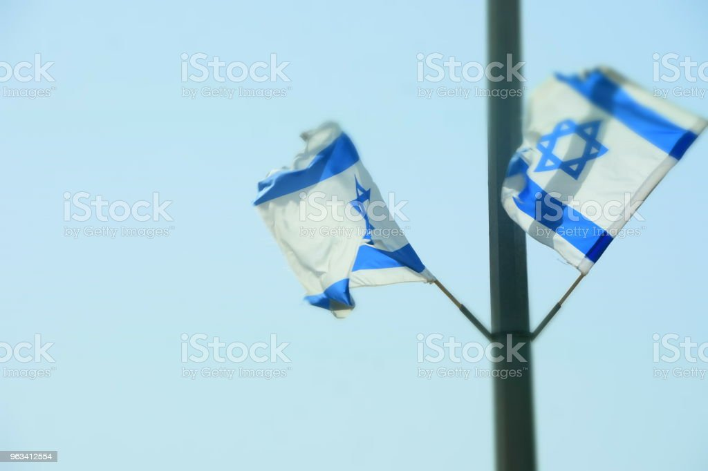 Deux drapeaux israéliens se bloquer sur un poteau - Photo de Deux objets libre de droits