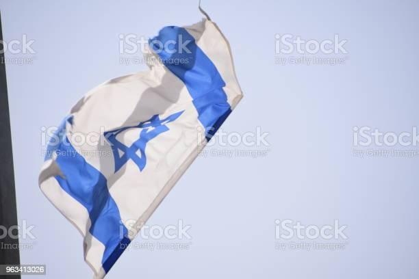 Dwie Izraelskie Flagi Wiszą Na Słupie - zdjęcia stockowe i więcej obrazów Bez ludzi