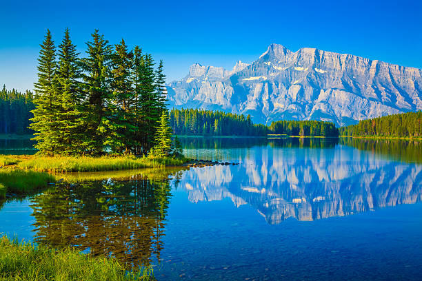 two jack lake, mount rundle, banff national park canada - banff national park stock photos and pictures