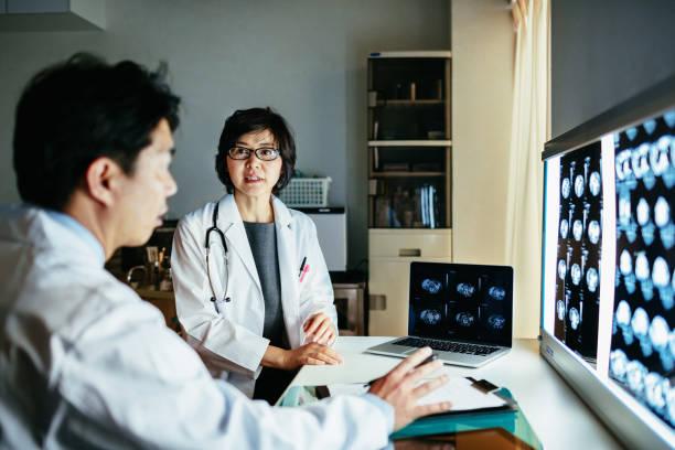 MRI スキャンを議論する 2 つの日本人医師 ストックフォト
