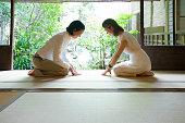 2 つの日本人女性に関するお辞儀