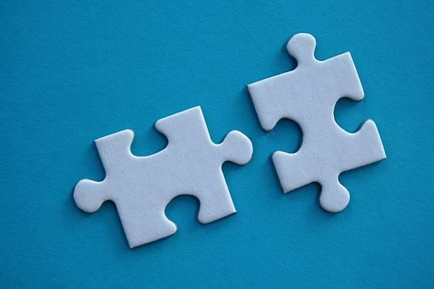 zwei puzzle stücke - dinge die zusammenpassen stock-fotos und bilder