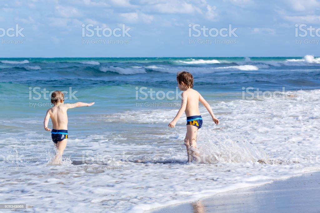 frau mit zwei jungen jungs