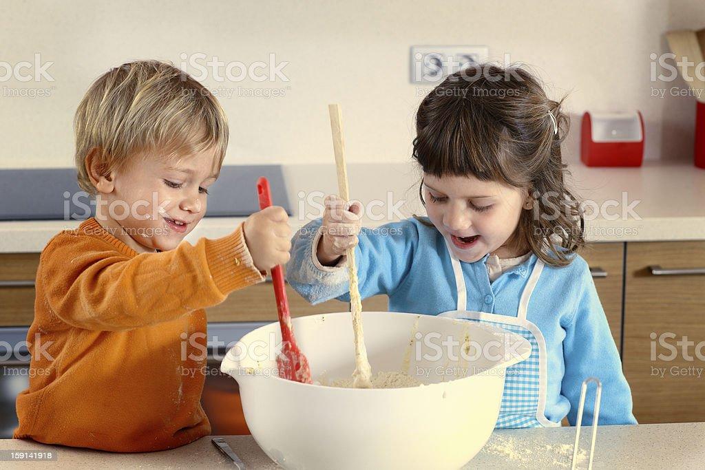 Zwei Kinder Kochen in einem heimischen Küche – Foto