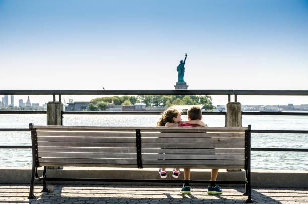 Zwei Kinder beim Betrachten der Freiheitsstatue – Foto