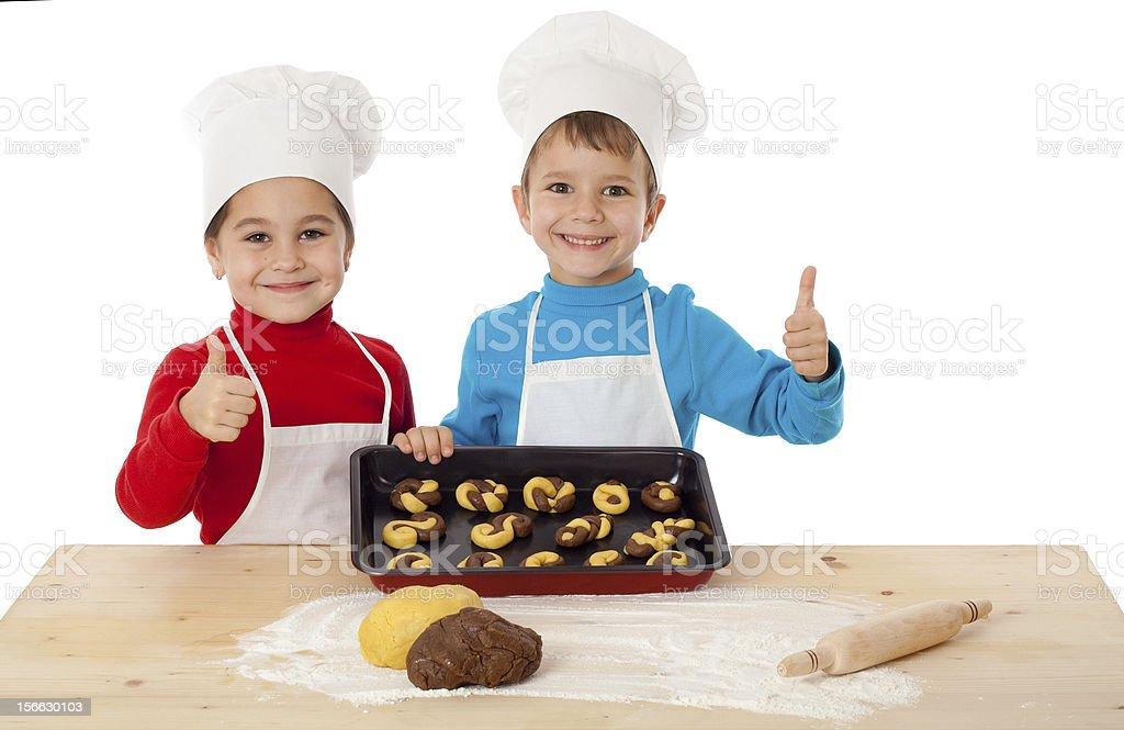 Zwei Kinder mit rauer cookies und ok-Zeichen – Foto