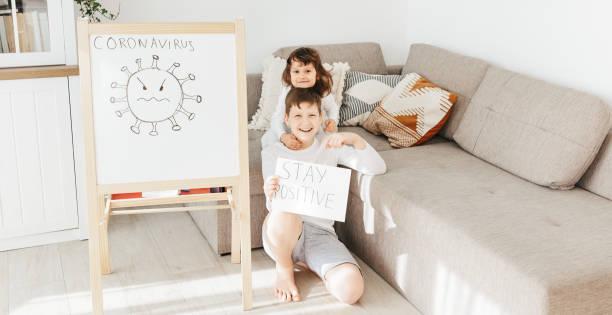 Zwei Kinder mit Stay Positive Draw – Foto