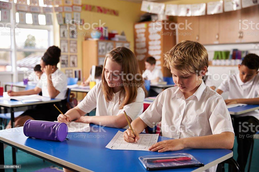 Scrivania Per Bambini Elementari : Due ragazzi lavorando alla scrivania in aula di scuola elementare