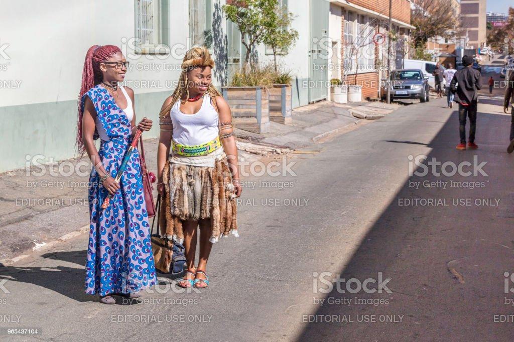 Deux dames vêtus de vêtements traditionnels africains - Photo de Adulte libre de droits