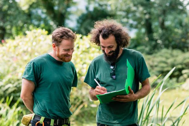 Zwei Landschaftsgärtner machen notizen auf Derablage – Foto