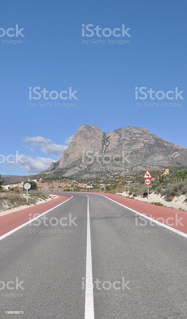 Zweispurige Autobahn führt zu Puig Campana Mountain – Foto