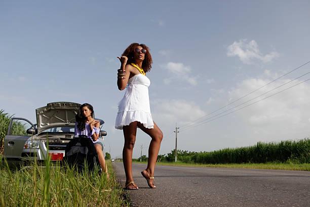 autostop - mujeres dominicanas fotografías e imágenes de stock