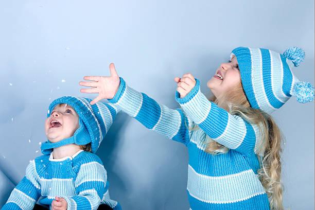 zwei lachen mädchen im schnee - türkise haare stock-fotos und bilder