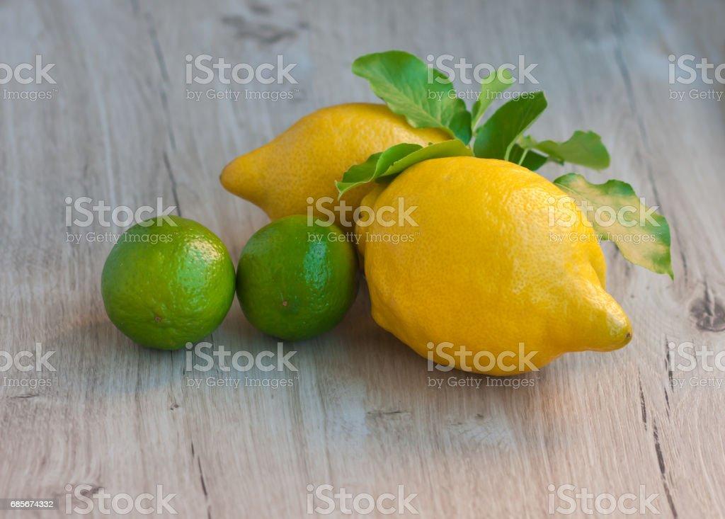 2 레몬과 시골풍 테이블에 두 개의 라임 royalty-free 스톡 사진