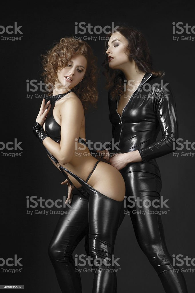 Две лесбиянки девушки в Bdsm костюмы Флиртовать. стоковое фото