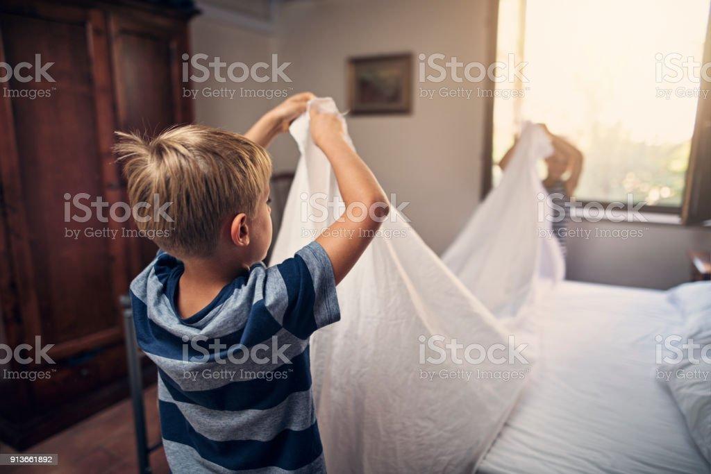 Zwei kleine Jungs Bett zusammen machen – Foto