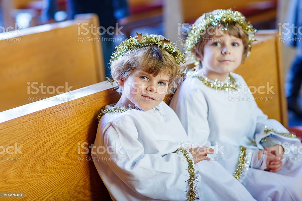 Dwóch małych chłopców gry Anioł Boże Narodzenie historie w Kościół zbiór zdjęć royalty-free