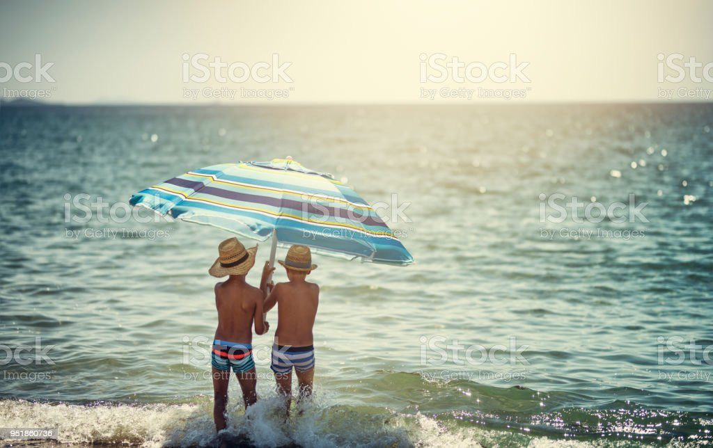 Zwei Kleine Jungs Angst Des Sonnenlichts Mit Sonnenschirm Am