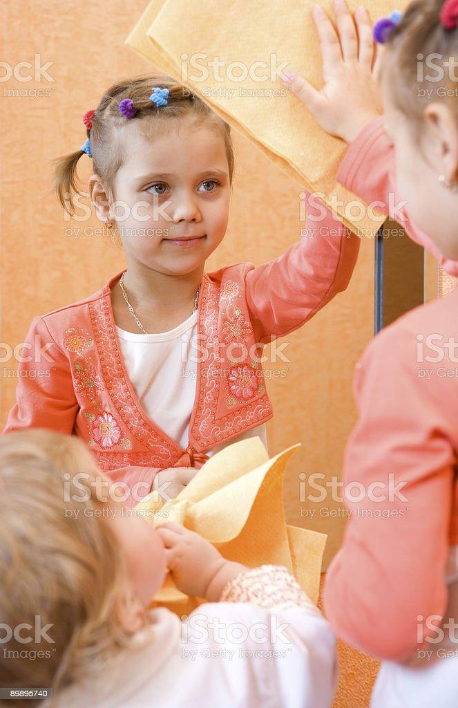 Zwei kleine Mädchen, die Reinigung der Spiegel Lizenzfreies stock-foto