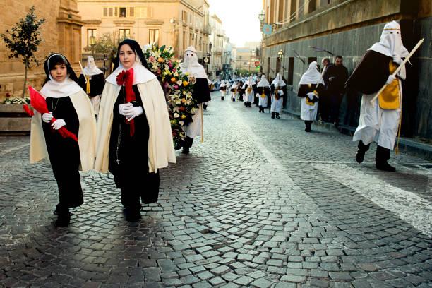 zwei kleine Mädchen Parade während der Karfreitag Prozession – Foto