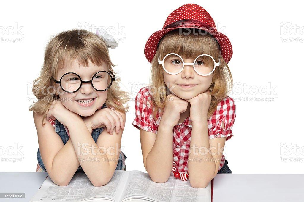 Zwei Mädchen mit einem Buch – Foto