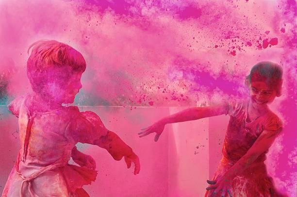 Deux jeunes enfants jouant avec gulal de holi. - Photo