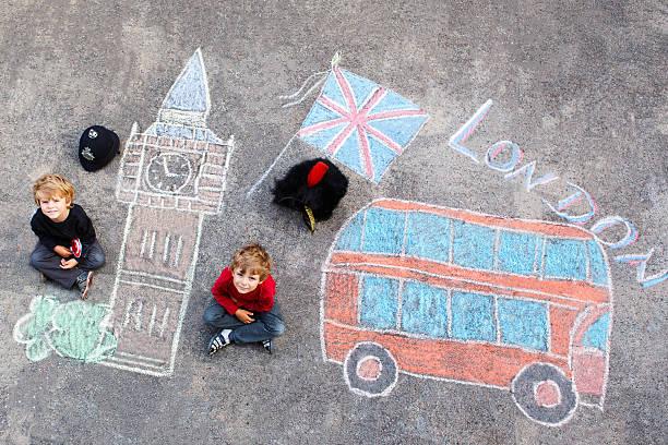 zwei kleine kinder mit london bild zeichnen mit chalks - lustige babybilder stock-fotos und bilder