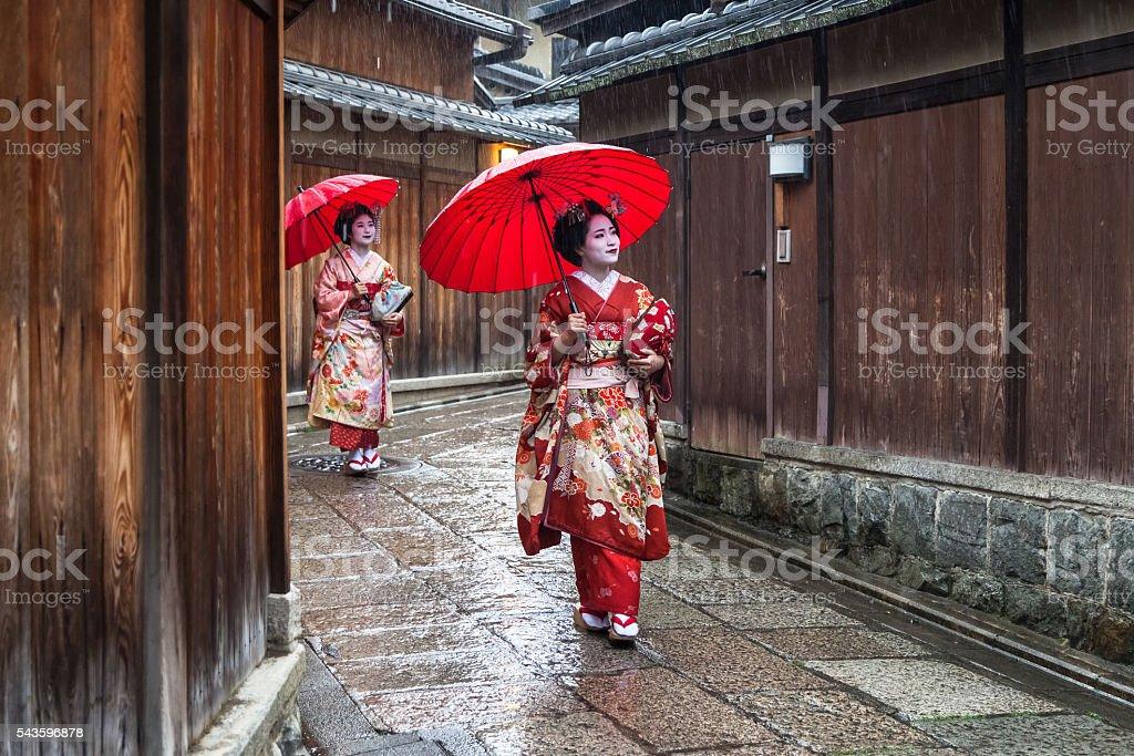 Zwei maiko Geisha zu Fuß auf einer Straße im Kyoto, Japan – Foto