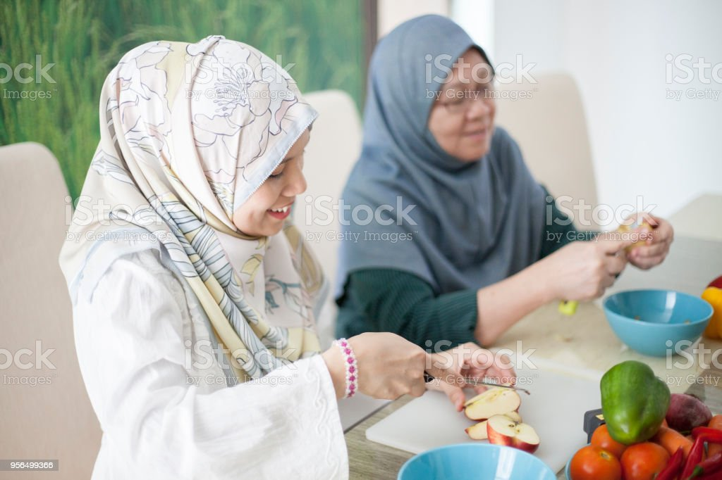 Zwei malaiischen Frau Vorbereitung Lebensmittelzutaten - Lizenzfrei Alter Erwachsener Stock-Foto