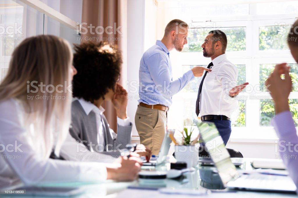 Twee mannelijke collega's gevechten In Office - Royalty-free Afwijzing Stockfoto