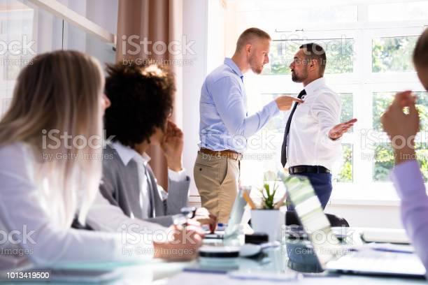 Twee Mannelijke Collegas Gevechten In Office Stockfoto en meer beelden van Afwijzing