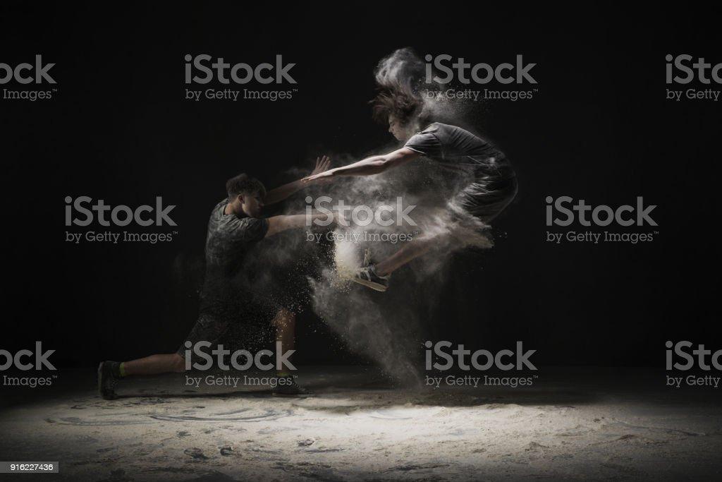 Zwei Tänzer springen in weißer Staub cloud-Ansicht – Foto