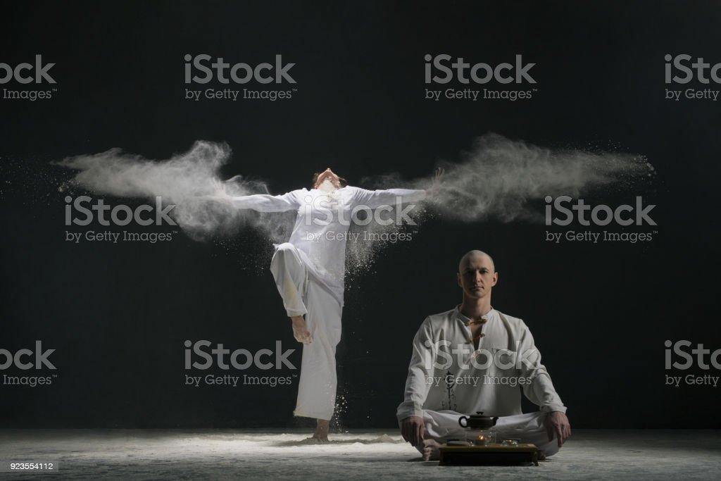 Zwei männliche tun Yoga in weisse Staubwolke – Foto
