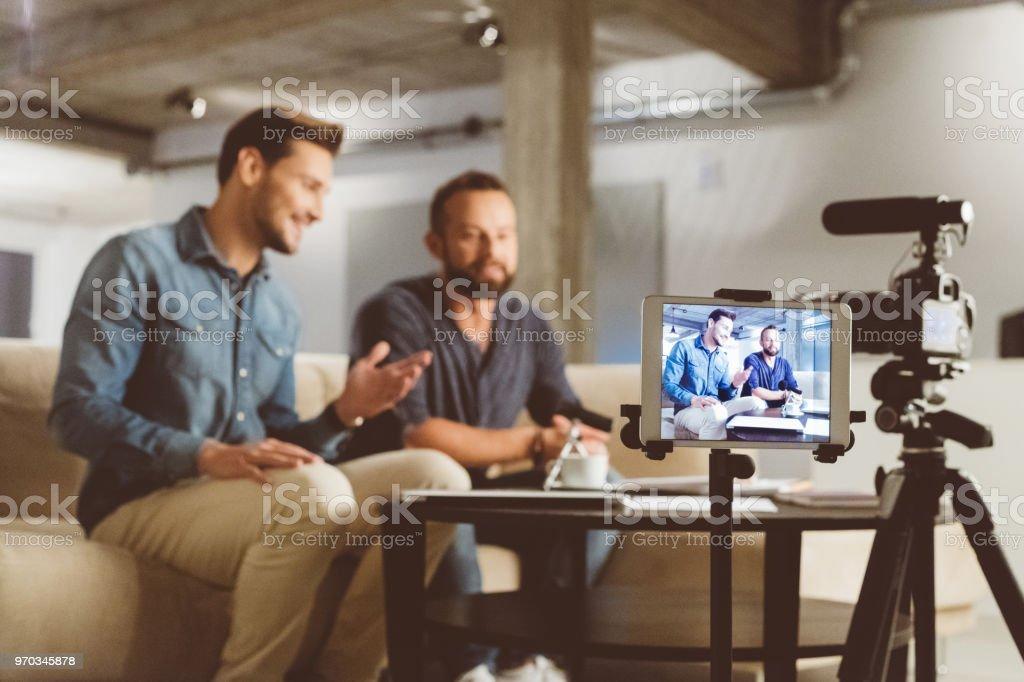 Zwei männliche video blogger – Foto