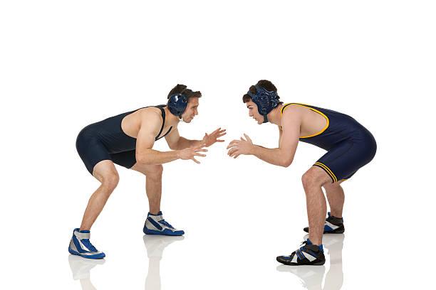 2 つの男性力士のアクション - レスリング ストックフォトと画像
