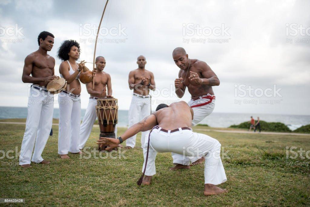 dois homens em luta da capoeira no Brasil praia de Salvador - foto de acervo