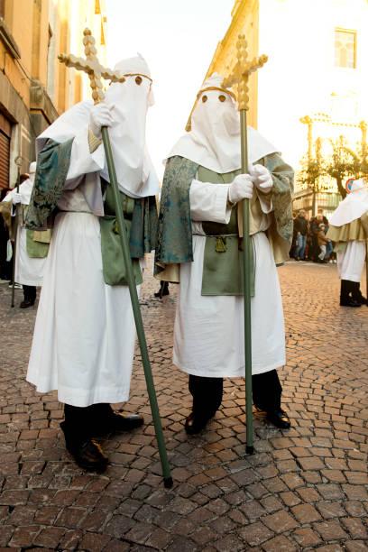 zwei Mann während der via crucis – Foto