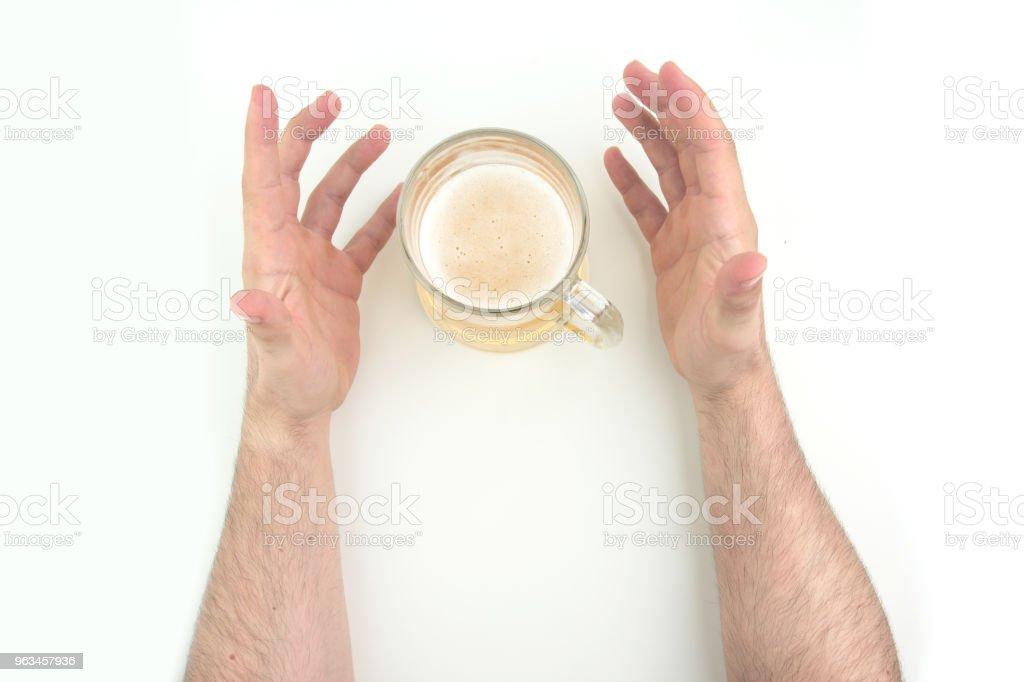 Dos manos de hombre con la jarra de cerveza entre el blanco de fondo la vista superior - Foto de stock de Adulto libre de derechos