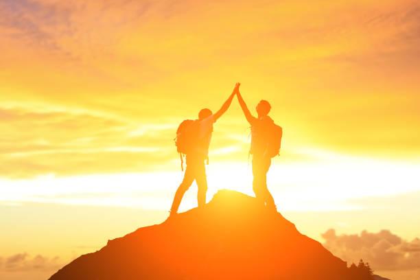 마운틴에 두 남자 - mountain top 뉴스 사진 이미지