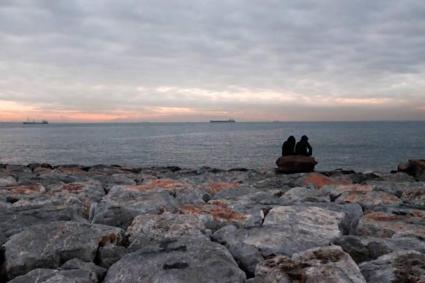 Zwei Männer auf dem Nächtlichen Panorama in Izmir (Türkei) – Foto